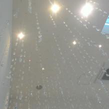 チャペルの天井からクリスタルビジューが