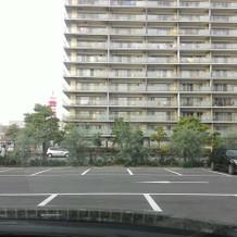 駐車場向かいは通りとマンション