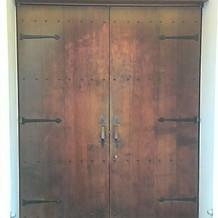 チャペル入口ドアは重厚。撮影ポイント
