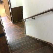 階段が狭くて急です。ドレスの裾注意