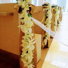 チャペルの席と装飾花
