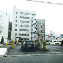 式場向かいはあ駐車場とビルです。