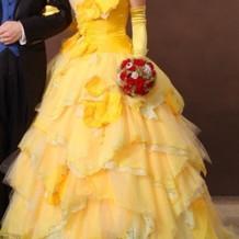 鮮やかなイエローのドレス