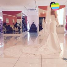 円山チュチュの広い店内にドレスがズラリ。