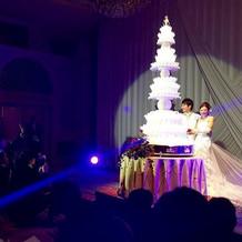 とても高さのあるウェディングケーキ!