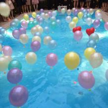 プールでの風船の演出