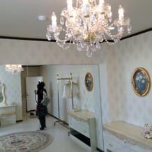 新郎新婦控室。隣にピンクの部屋もあり