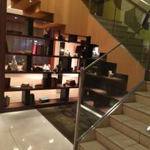 シンデレラ階段で降りる登場演出も。