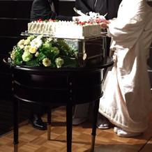 ウェディングケーキ台の装花