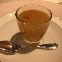 アミューズのニンジンとオレンジのスープ