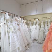 この奥にも白ドレスが沢山あります