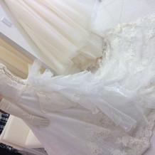長いトレーンの白ドレス