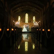 薄暗い教会が神秘的。