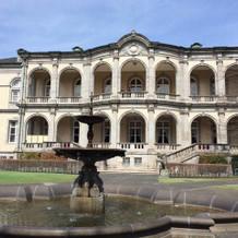 噴水のある庭園からの建物全体