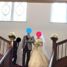 ゲストに見守られて大階段を降りる