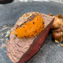 牛フィレ肉の上に、炙りみかん。