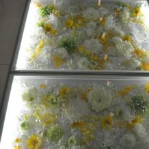チャペルの床のお花