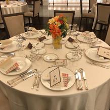披露宴会場の客席テーブル