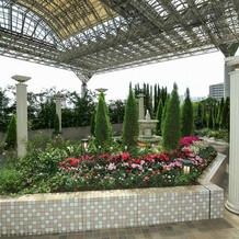 チャペルがあるお庭の花壇