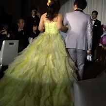 お色直しは黄色のカラードレスで