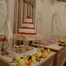 高砂席装花とウェディングケーキはプラン内
