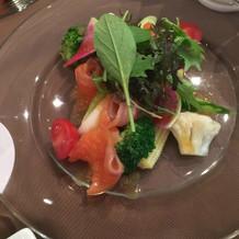 ヤシオマスのスモークと季節野菜