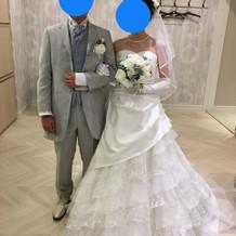 ウエディングドレスとタキシードです。
