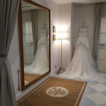 控室の大鏡