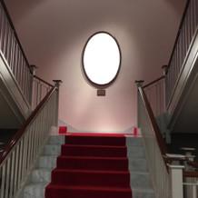チャペルへ繋がる階段。クラシカルで美しい