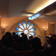 青のステンドグラスがとても綺麗でした