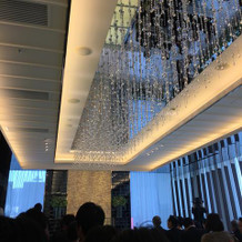 挙式会場の天井シャンデリア
