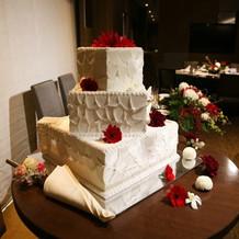 基本プランのお花とイミテーションケーキ