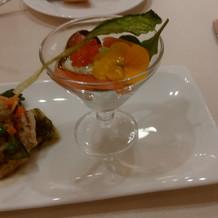 前菜です。サーモンや食用花など。