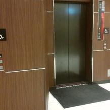 このエレベーターを上がれば会場です