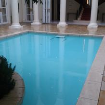 建物の真ん中のプールです。