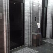 一階のエレベーター前です。この上が会場
