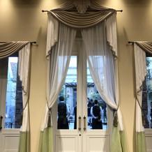 披露宴会場の高い窓。ここから入場もできる