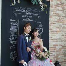 お花のドレスとネイビーのタキシード