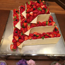 苺がこぼれるウェディングケーキ