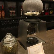 バーカウンターでお茶を淹れてもらえます