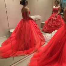 鮮やかな赤いドレス