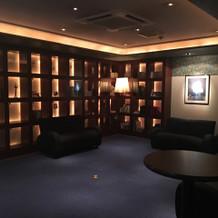 ホテルロビーのような控え室