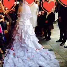 挙式後のフラワーシャー♯式場のドレス
