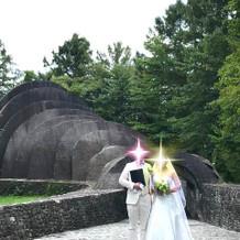 挙式直後に、結婚証明書を持っての撮影。