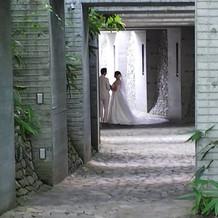 挙式後、教会から歩いて移動する途中。