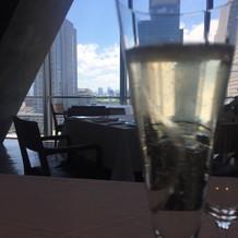 乾杯用のシャンパン越しの景色