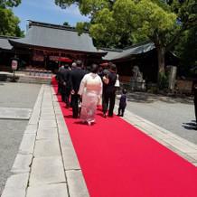 長い赤絨毯の上で花嫁行列。
