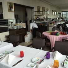 レストランの形状がL字型です。