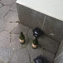 ワインの空き瓶にイニシャルが。
