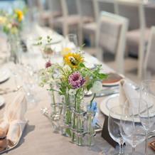 テーブル装花はシンプルな試験管風